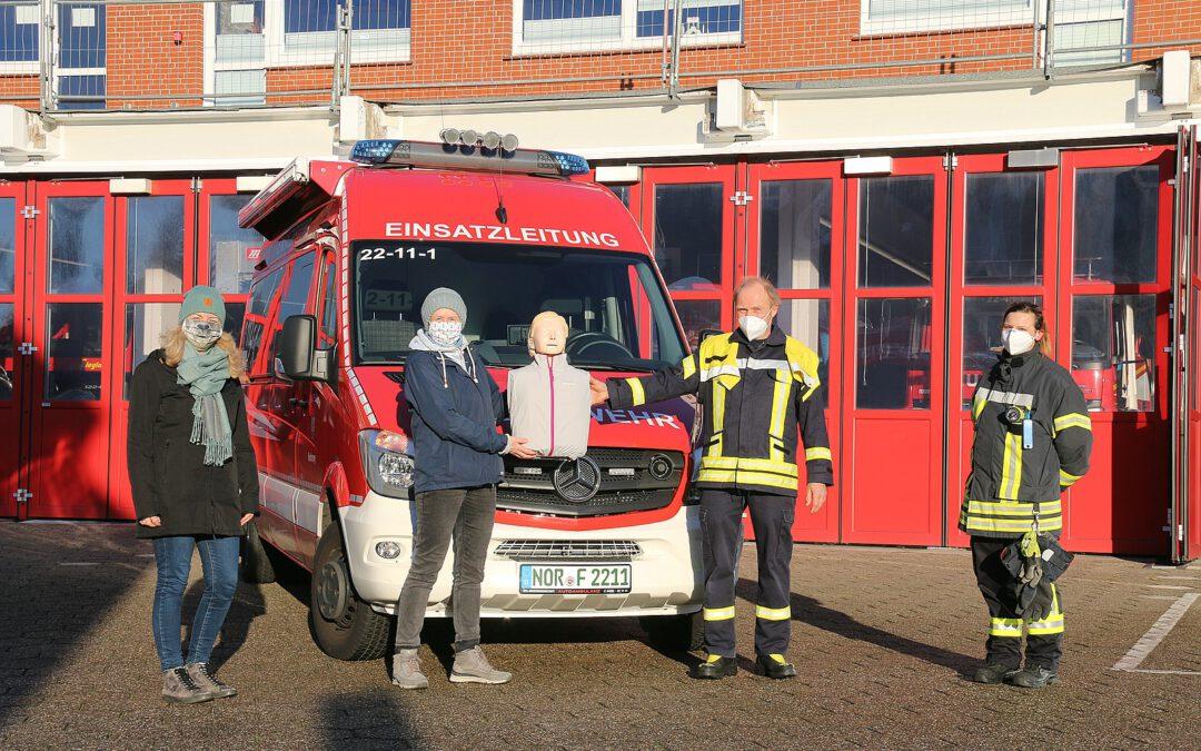 """Bürgerstiftung Norderney sponsert der Norderneyer Feuerwehr die Reanimationsübungspuppe """"Little Anne"""""""